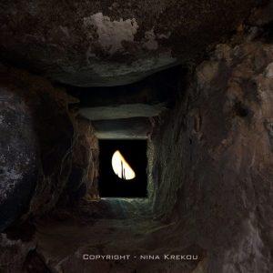 by Nina Krekou - κολπικῆ λίθινη ἡμι~Σέληνος στο τετράγωνο