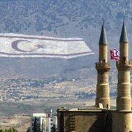 """... Ἡ Ἀγιά Σοφιά τζαμί και ἡ σημαια του Τουρκικοποιημένου """"ψευδο""""κράτους (""""ψευδη"""" μόνο για Μας τους Κύπριους, κάτι δηλαδῆ, σαν τα """"Σκόπια"""" που ΟΛΟΙ οἱ ἂλλοι ὀνομάζουν """"Μακεδονία"""" με σημαια τον διαβόητο """"Ἣλιο τῆς Βεργίνας""""). Ἡ σημαῖα εἶναι στην πλαγιά του Πενταδακτύλου και κατέχει το ρεκόρ """"Γκίνες"""" για το μέγεθός της. Για ἀρκετά χρόνια, Ἐμεῖς οἱ Λευκωσιάτες ἠσυχάζαμε τη νύκτα, που δεν την βλέπαμε μέχρι που την φωταγωγήσανε. Στην ἂκρη ἀριστερά, φαίνονται τα τελικά γράμματα της φράσης """"Εἶμαι περήφανος που εἶμαι Τοῦρκος"""" με την ὑπογραφῆ του Κεμάλ Ἀττατούρκ, στα Τουρκικά, που ἦταν και το πρῶτο που ἂπλωσαν ἀπό την ἀρχῆ, στην βουνοπλαγιά της ὀροσειράς. Ἒχω βιῶσει νύκτα του 2007 ἢ 2008 ἀπό τις σπάνιες στη Λευκωσία να ἒχει χιονίσει και ὁ Πενταδάκτυλος να ἒχει σκεπαστεὶ και ἡ σημαια να μην φαίνεται πια ! ."""