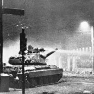 ΠΟΛΥΤΕΧΝΕΙΟ 1973 - Νοέμβριος 17 - φωτό - τανκ ρίχνει νερό στους παρατεταγμένους φοιτητές. ἀπό ἀριστερά στ
