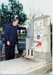 ΜΙΚΗΣ Θοδωράκης - 1997 - στα Σκόπια για συναυλία - ἐπίσκεψη στον τάφο του Ζορμπά